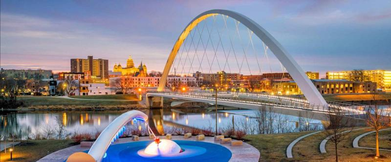 Des Moines Iowa skyline and public park in USA (United States)