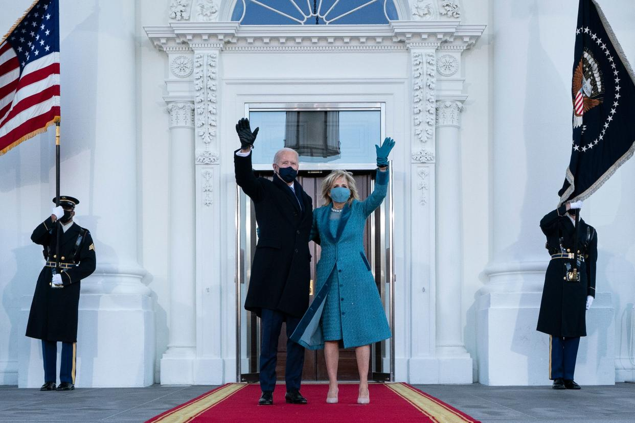 TOPSHOT - US President Joe Biden and First Lady Jill Biden wave as they arrive at the White House in Washington, DC, on January 20, 2021. (Photo by Alex Brandon / POOL / AFP) (Photo by ALEX BRANDON/POOL/AFP via Getty Images)