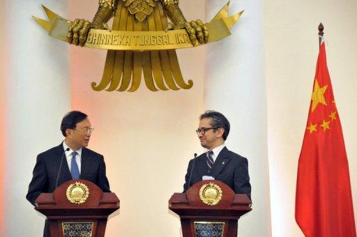 Indonesian Foreign Minister Marty Natalegawa (R) and his Chinese counterpart Yang Jiechi (L)