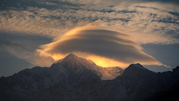A brilliant, multi-tiered lenticular cloud.