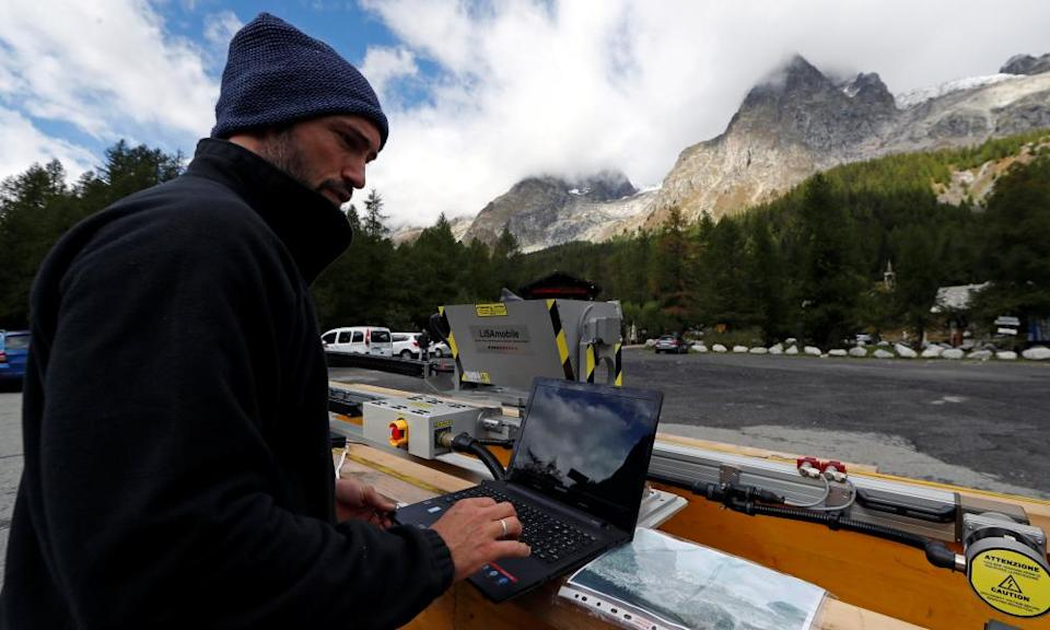 Monitoring a section of the Planpincieux glacier.
