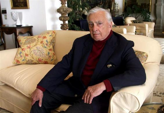 U.S. author Gore Vidal poses at his home in Ravello, southern Italy May 9, 2001. Leading author Gore..