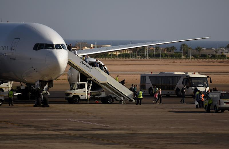 Tourists disembark an Egypt Air plane at the airport in Egypt's Red Sea resort of Sharm el-Sheikh, on November 6, 2015 (AFP Photo/Mohamed El-Shahed)