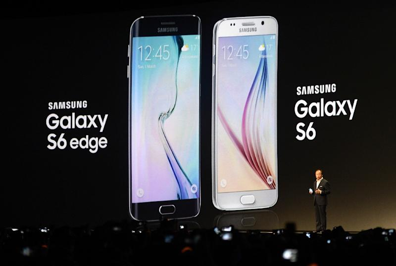 Samsung Electronics President and CEO JK Shin presents the Samsung Galaxy S6 during the 2015 Mobile World Congress in Barcelona, Spain, on March 1, 2015 (AFP Photo/Lluis Gene)