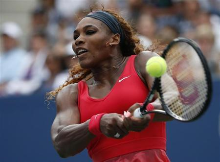 Serena Williams of the U.S. returns to compatriot Sloane Stephens at the U.S. Open tennis championships in New York September 1, 2013. REUTERS/Eduardo Munoz