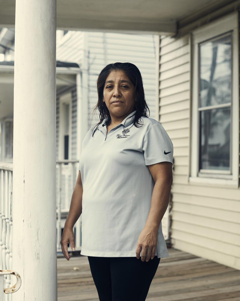 Victorina Morales, inmigrante guatemalteca indocumentada que trabajó en el Trump National Golf Club en Bedminster, Nueva Jersey, en su casa en Bound Brook, Nueva Jersey, el 2 de noviembre de 2018. (Christopher Gregory/The New York Times)