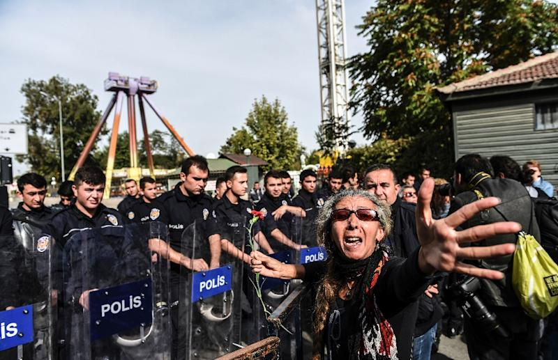 A Turkish woman argues with police who are blocking the way to the site of the bomb attacks in Ankara, on October 11, 2015 (AFP Photo/Bulent Kilic)