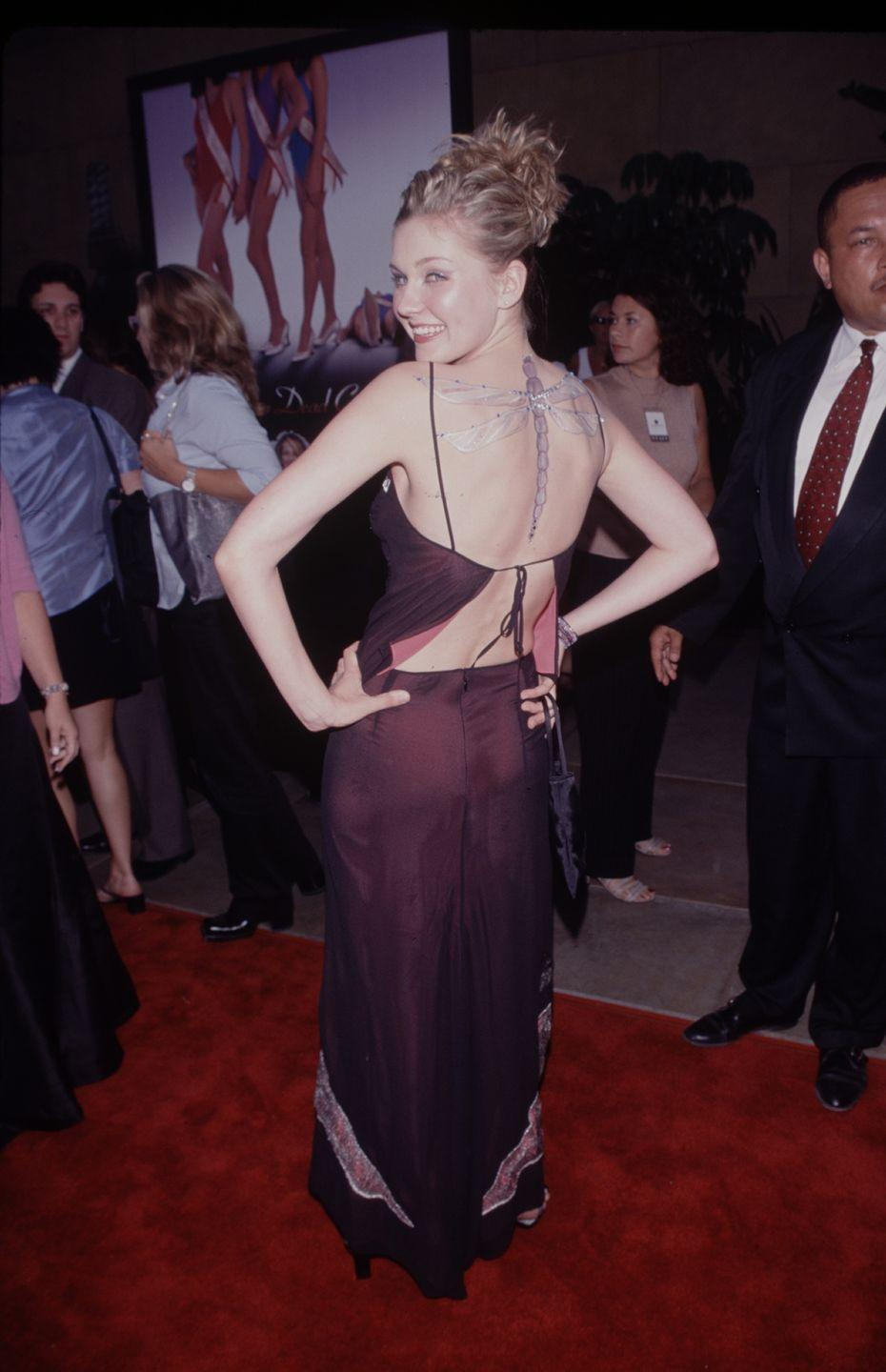 <p>At the premiere of <em>Drop Dead Gorgeous</em>, Kirsten wore a matching top and skirt set with delicate straps—that also happened to show off this inexplicable massive dragonfly on her back? </p>