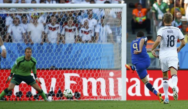 Argentina's Gonzalo Higuain (2nd R) shoots but fails to score a goal against Germany during their 2014 World Cup final at the Maracana stadium in Rio de Janeiro July 13, 2014. REUTERS/Kai Pfaffenbach (BRAZIL - Tags: SOCCER SPORT WORLD CUP)