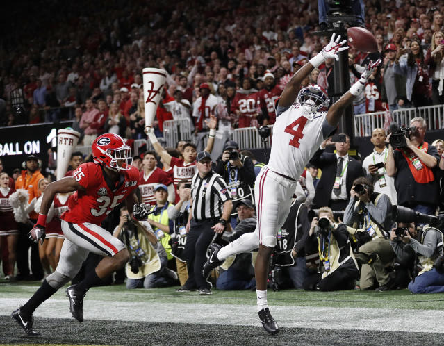 "Alabama's <a class=""link rapid-noclick-resp"" href=""/ncaaf/players/274840/"" data-ylk=""slk:Jerry Jeudy"">Jerry Jeudy</a> can't catch a pass in the end zone during the second half of the NCAA college football playoff championship game against Georgia Monday, Jan. 8, 2018, in Atlanta. (AP Photo/David Goldman)"