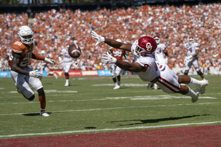 Oklahoma tight end Brayden Willis (9) cannot make the catch as Texas defensive back B.J. Foster (25) looks on during the first half of an NCAA college football game at the Cotton Bowl, Saturday, Oct. 9, 2021, in Dallas. (AP Photo/Jeffrey McWhorter)