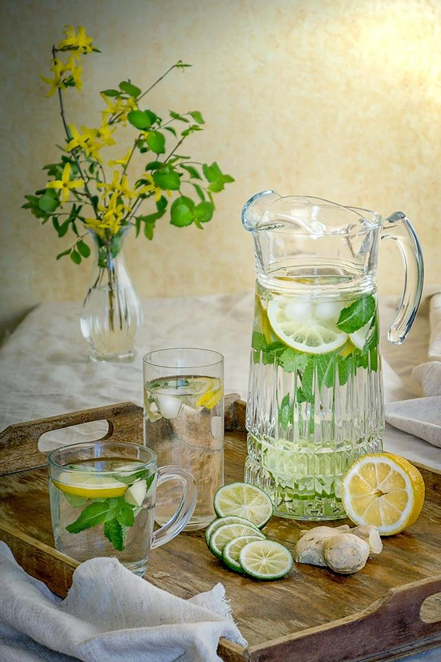 Lemon stimulates saliva, and water helps prevent a dry mouth, which can lead to bad breath caused by bacteria. Lemon water helps relieve toothaches and gingivitis. But the citric acid can erode tooth enamel, so either hold off on brushing your teeth after drinking lemon water or brush your teeth before drinking it.