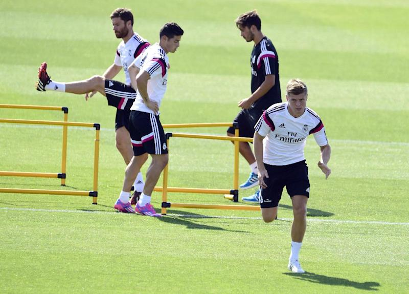Real Madrid's Toni Kroos (R), James Rodriguez (C) and Xabi Alonso (L) take part in a training session at the Valdebebas training ground in Madrid on August 5, 2014 (AFP Photo/Gerard Julien)