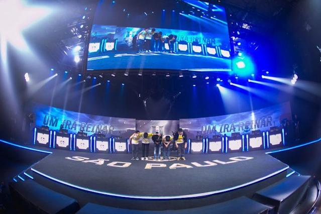 The GIGABYTE Marines bow to the Sao Paulo audience at the 2017 Mid-Season Invitational Play-In (Riot Games Brazil/lolesportsbr)