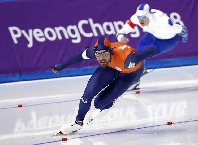 Speed Skating - Pyeongchang 2018 Winter Olympics - Men's 1000m competition finals - Gangneung Oval - Gangneung, South Korea - February 23, 2018 - Kjeld Nuis of Netherlands and Mika Poutala of Finland compete. REUTERS/Damir Sagolj