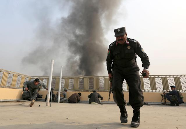 <p>Afghan police officers take position during a blast and gun fire in Jalalabad, Afghanistan, Jan. 24, 2018. (Photo: Parwiz/Reuters) </p>