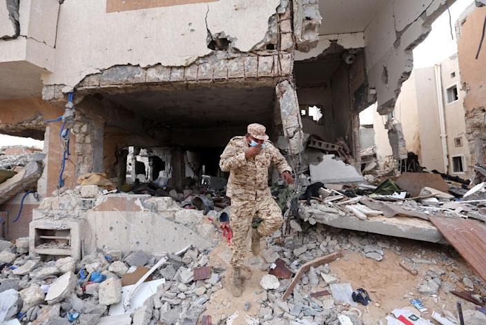 A member of the Libyan forces of the National Accord patrols Sirte's Al-Giza Al-Bahriya district on December 20, 2016 (AFP Photo/Mahmud Turkia)