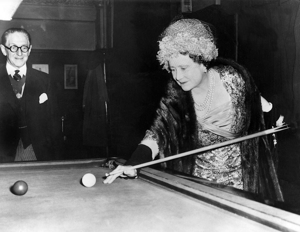 <p>The Queen Mother tries her hand had pool at the Press Club on London's Fleet Street. </p>