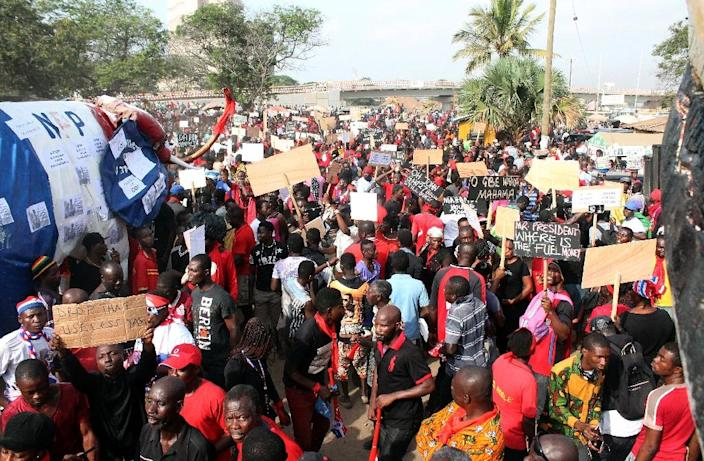 Supporters of Ghana's main opposition New Patriotic Party take part in a demonstration in Accra against the worsening power crisis and economic challenges on February 18, 2015 (AFP Photo/Daniel Amoo)