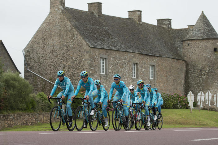 <p>Team Astana with Denmark's Jakob Fuglesang, front left, Italy's Vincenzo Nibali, second left, and Italy's Fabio Aru, fourth right with white helmet, ride during a team training ahead the start of the Tour de France cycling race near Cherbourg, France, July 1, 2016. (Photo: Peter Dejong/AP) </p>