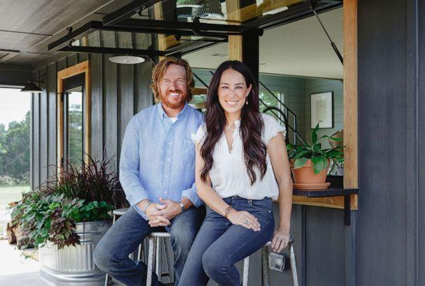 PHOTO: Chip and Joanna Gaines are pictured in a promotional image for their HGTV show, 'Fixer Upper.' (HGTV)