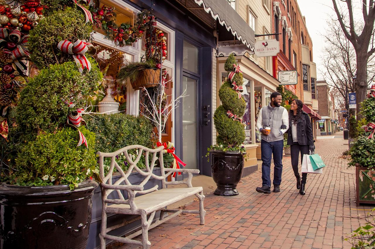 <p>There's something about the charming storefronts and brick streets, the Christmas red-and-green, the crisp Virginia air. They make us want <i>somebody </i>to head for the nearest mistletoe and pop the question. </p>