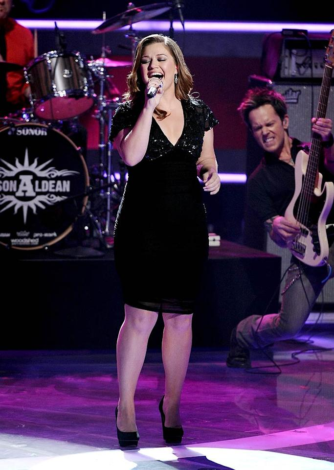 """Also making an appearance at Thursday's show was former """"Idol"""" champ Kelly Clarkson, who proved she's still got it when she gave a rousing performance of """"Don't You Want to Stay"""" with country singer Jason Aldean. Michael Becker/Fox/PictureGroup"""