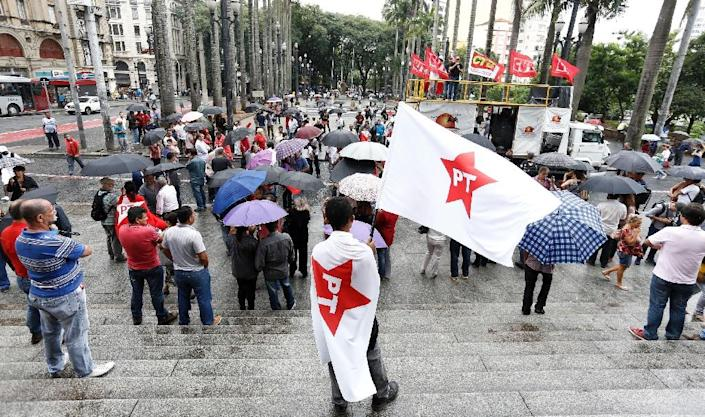 Unionists and members of the Workers Party (PT) demonstrate in support of Brazilian former president Luiz Inacio Lula da Silva in front of The Sao Paulo Cathedral (AFP Photo/Miguel Schincariol)