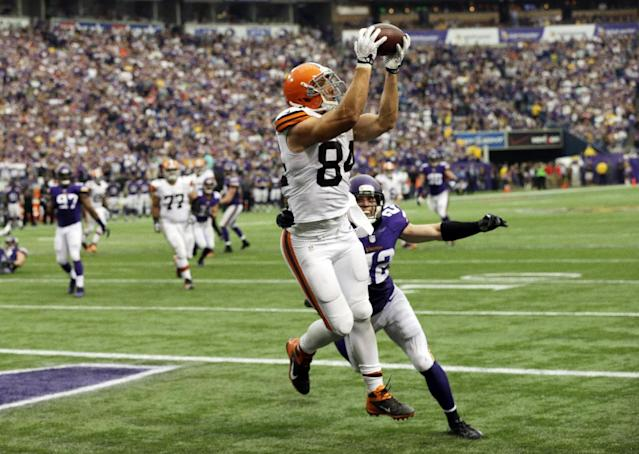 Cleveland Browns tight end Jordan Cameron, left, catches a 7-yard touchdown pass over Minnesota Vikings free safety Harrison Smith, right, during the second half of an NFL football game Sunday, Sept. 22, 2013, in Minneapolis. The Browns won 31-27. (AP Photo/Jim Mone)