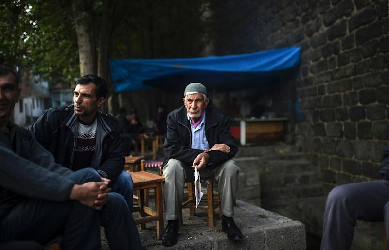 Residents sit under trees in the district of Sur in Diyarbakir, southeastern Turkey, on October 31, 2015 (AFP Photo/Bulent Kilic)