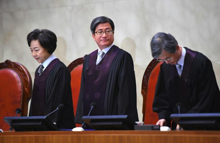 Supreme Court chief justice Kim Myeong-su (centre) handed down the landmark ruling on conscientious objectors