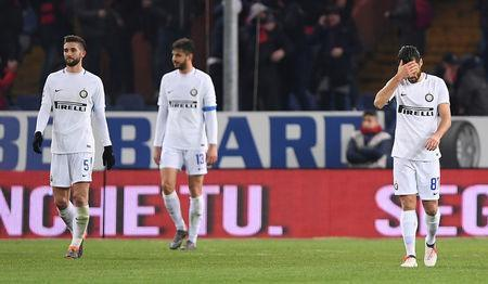 Soccer Football - Serie A - Genoa vs Inter Milan - Stadio Comunale Luigi Ferraris, Genoa, Italy - February 17, 2018 Inter Milan's Roberto Gagliardini and Antonio Candreva look dejected after Andrea Ranocchia (C) scored an own goal and the first goal for Genoa REUTERS/Alberto Lingria