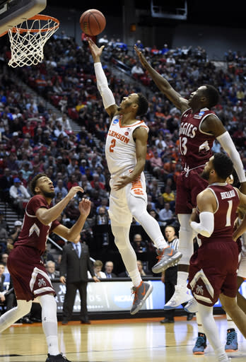 Clemson guard Marcquise Reed (2), center, shoots during the first half of a first-round NCAA college basketball tournament game against New Mexico State, Friday, March 16, 2018, in San Diego. (AP Photo/Denis Poroy)