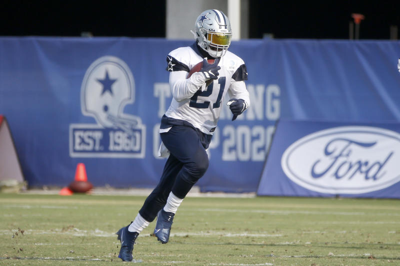 Ezekiel Elliott runs through a drill.