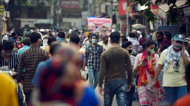 PHOTO: Shoppers crowd the marketplace during Mangal Bazar at Bhogal in New Delhi, India, Sept. 15, 2020. (Hindustan Times via Getty Images)