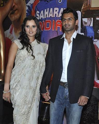 Indian tennis player Sania Mirza (L) and Pakistani cricketer Shoaib Malik pose during the 'Sahara India Sport Award' ceremony in Mumbai late October 30, 2010. AFP PHOTO/STR