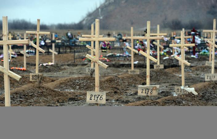 Crosses marked only with numbers stand on the graves of unknown pro-Russian separatists at a cemetery in the eastern Ukrainian city of Donetsk on February 16, 2015 (AFP Photo/Vasily Maximov)