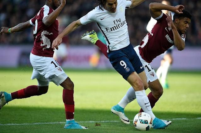 Metz' defender Matthieu Udol (R) vies for the ball with Paris Saint-Germain's forward Edinson Cavani (C) during the French L1 football match between Metz and PSG on April 18, 2017 (AFP Photo/Jean Christophe VERHAEGEN)