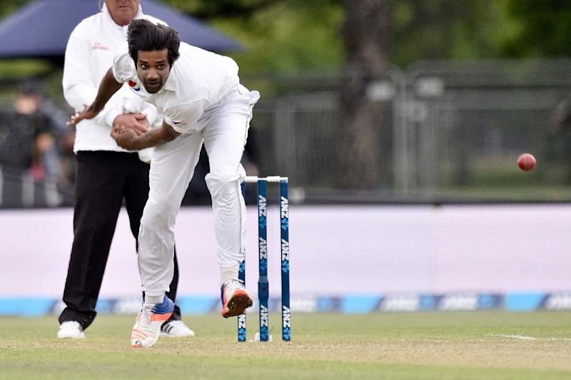 New Zealand steady after early scare, Pakistan batting collapses