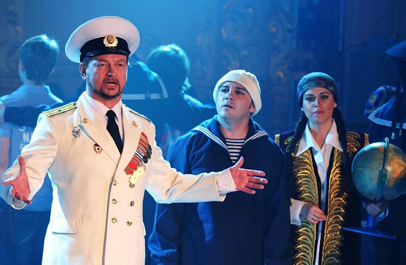 """Actors perform during a dress rehearsal of the patriotic new opera """"Crimea"""", based on recent events, on July 9, 2014 in Saint Petersburg (AFP Photo/Yuri Belinsky )"""