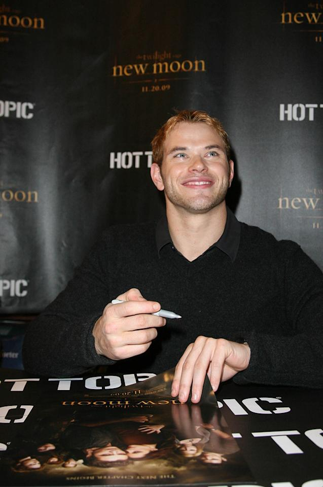 "<a href=""http://movies.yahoo.com/movie/contributor/1808906080"">Kellan Lutz</a> attends the <a href=""http://movies.yahoo.com/movie/1810055802/info"">The Twilight Saga: New Moon</a> fan event in Chicago - 11/10/2009"