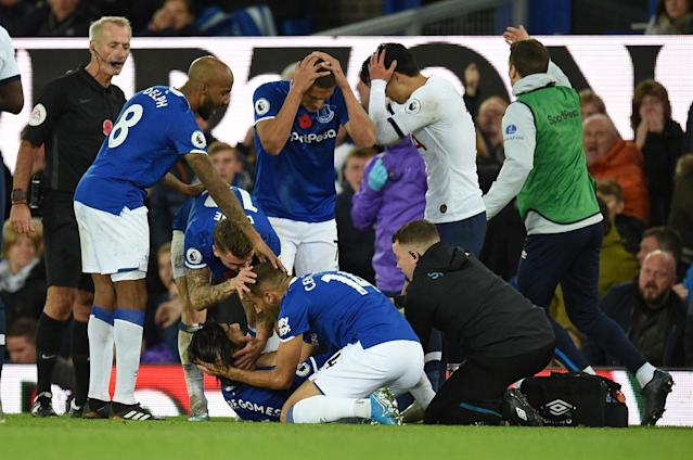 Teammates comfort Everton's André Gomes (Credit: Getty Images)