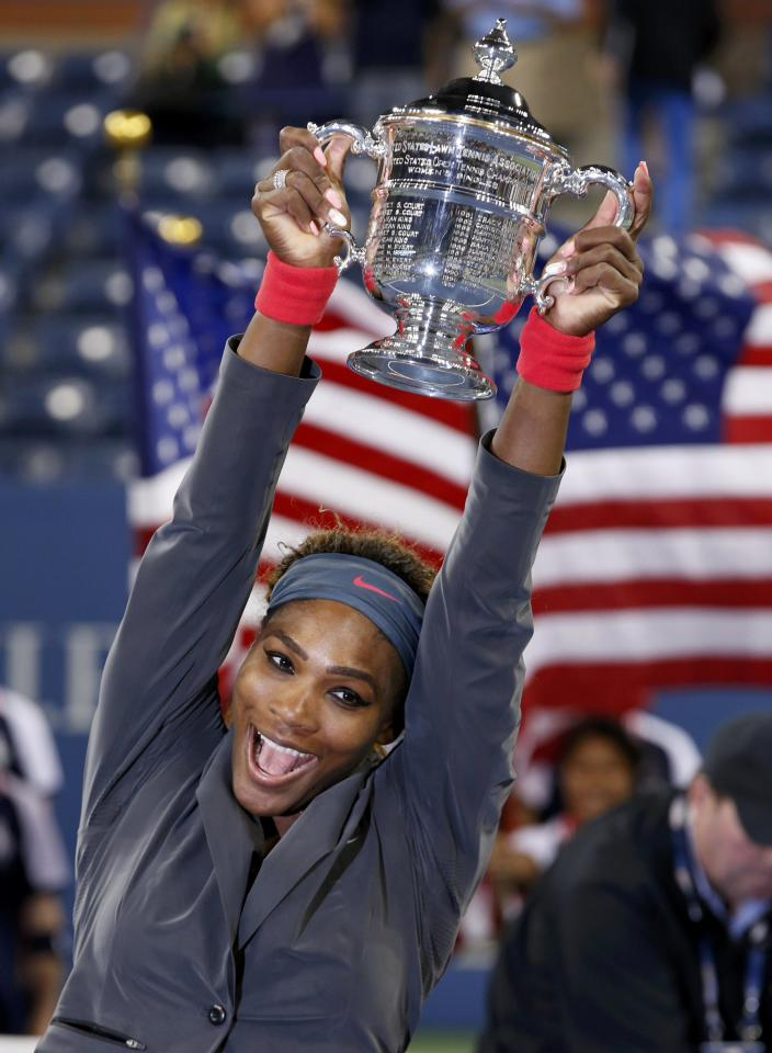 Serena Williams of the U.S. raises her trophy after defeating Victoria Azarenka of Belarus in their women's singles final match at the U.S. Open tennis championships in New York September 8, 2013. REUTERS/Mike Segar (UNITED STATES - Tags: SPORT TENNIS TPX IMAGES OF THE DAY)