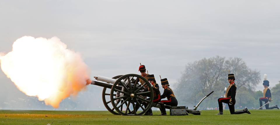 Members of the Kings Troop Royal Horse Artillery fire a First World War era 13-pounder field gun during a 41 gun Royal salute to mark the birth of the Duke and Duchess of Cambridge's third child in London on April 24, 2018. - Kate, the wife of Britain's Prince William, gave birth to a baby son, Kensington Palace announced on April 23.