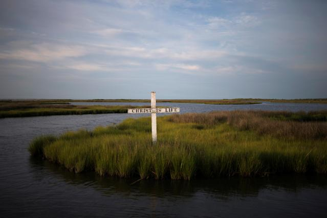<p>A cross stands in the marsh on Tangier Island, Virginia, Aug. 2, 2017. (Photo: Adrees Latif/Reuters) </p>