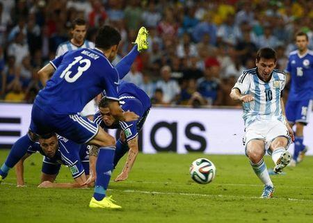 Argentina's Lionel Messi (R) scores a goal during the 2014 World Cup Group F soccer match against Bosnia and Herzegovina at the Maracana stadium in Rio de Janeiro June 15, 2014. REUTERS/Michael Dalder
