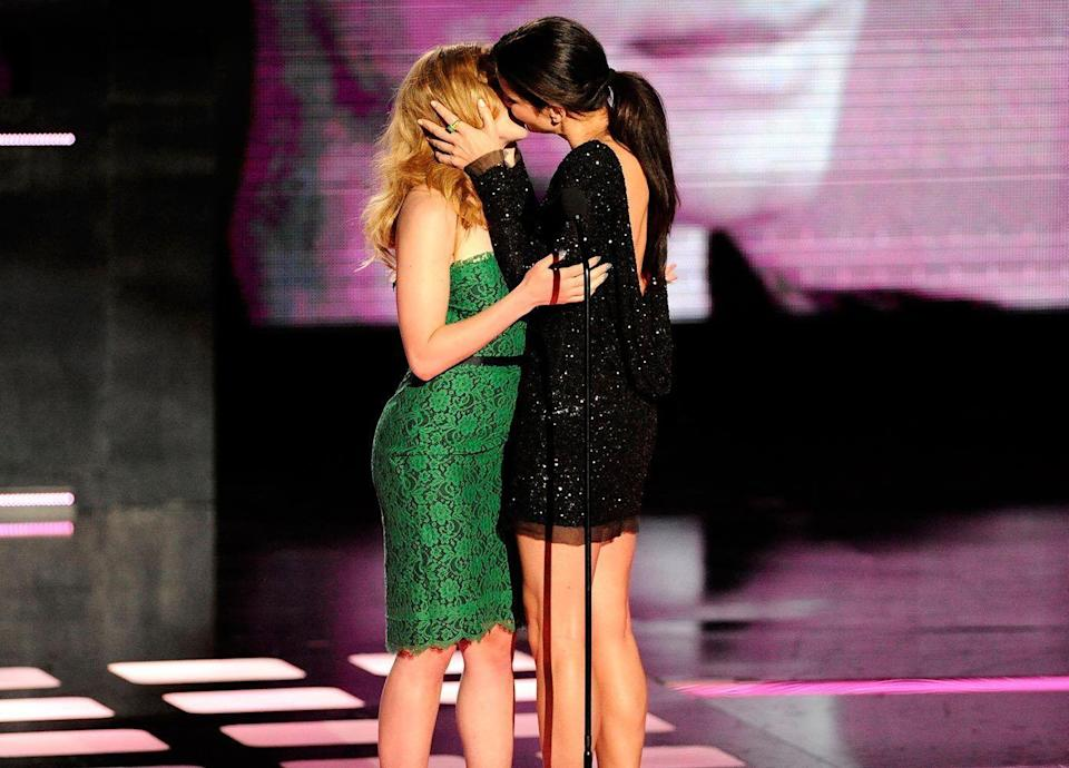 <p> Bullock celebrated receiving the 'Generation Award' at the MTV Movie awards by kissing fellow actress, Johansson.</p>