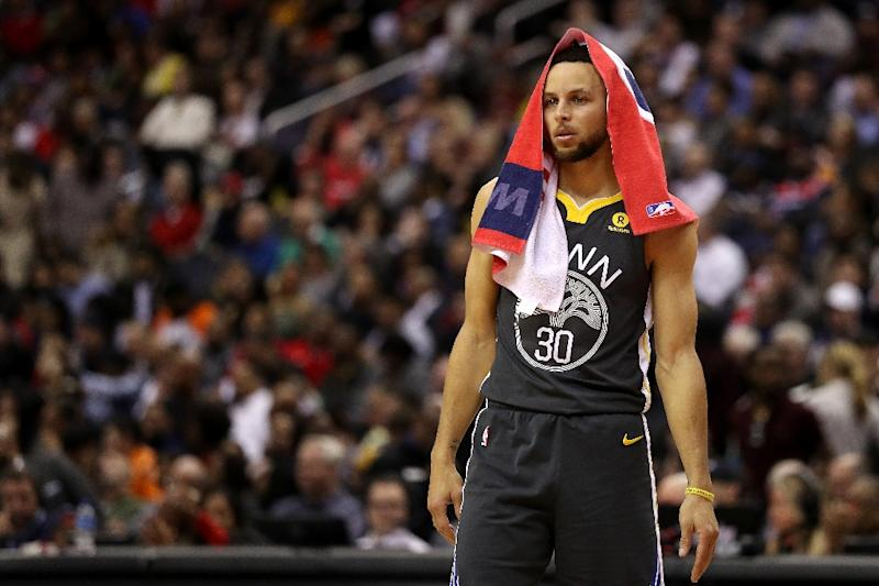 Warriors' Stephen Curry leaves with injury to left knee