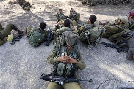 Israeli soldiers rest during a drill in the Israeli-occupied Golan Heights August 28, 2013. REUTERS/Baz Ratner