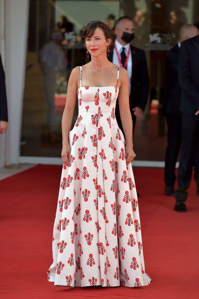 <p>Hunter wore an Emilia Wickstead white and red dress to the red carpet of the movie 'The Power Of The Dog'.</p>